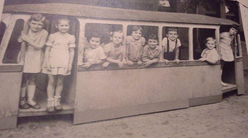 1964_ovodas kislanyok villamosban_Bencsics Rozi